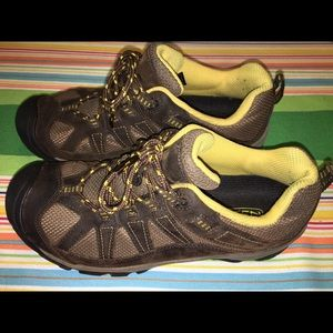 Woman's Keen 8.5 tennis shoes